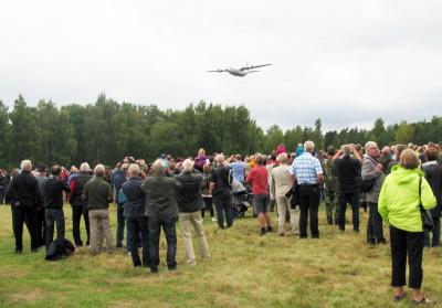Fallskärmsjägarnas Dag 2013 - Hercules på väg in över Fästningen